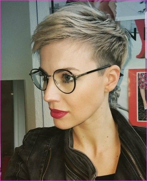 Blond Pixie mit Brille | Hair Styles in 2019 | Short hair styles