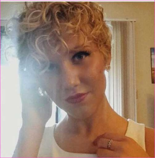 Blonde Curly Pixie Schnitt